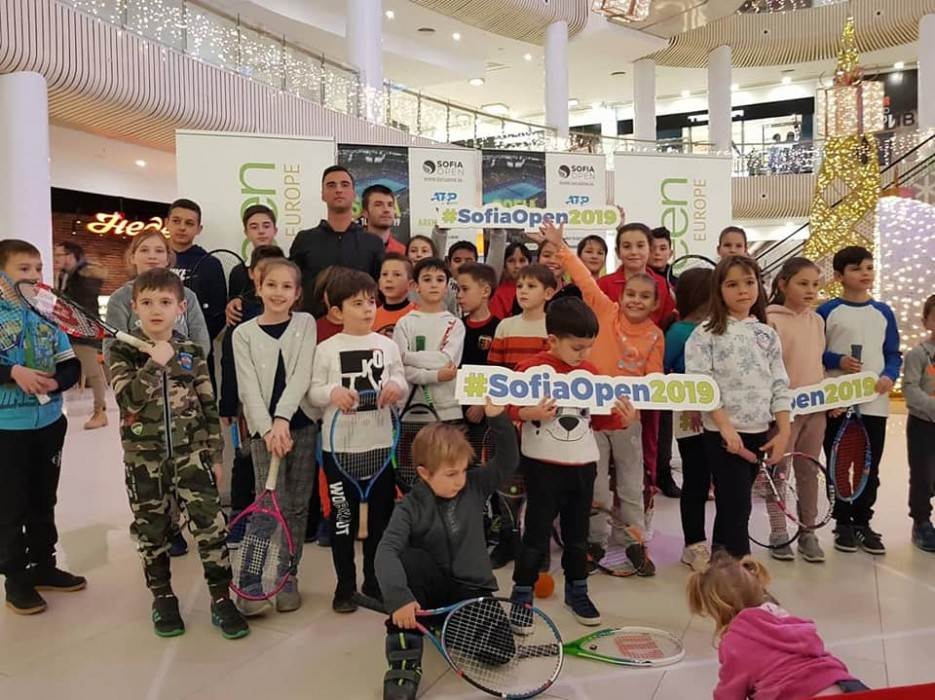 Димитър Кузманов зарадва стотици деца в Благоевград преди Sofia Open